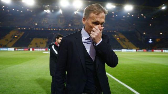 """Дортмунд шаарындагы беттеш шаршембиге жылдырылды. Сүрөттө """"Боруссия"""" клубунун жетекчиси Ханс-Йоахим Ватцкенин реакциясы."""