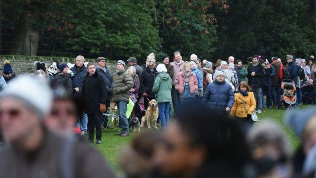 노포크 샌드링엄의 세인트 메리 매그달렌 교회에 모인 군중