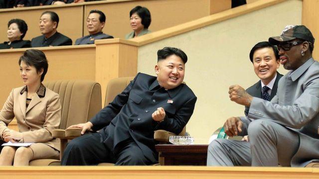 El presidente norcoreano, Kim Jong Un, su mujer, Ri Sol Ju, y el jugador de baloncesto estadounidense Dennis Rodman.