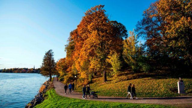 Gente paseando en un parque de Estocolmo