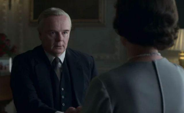 После бурног почетка, Харолд Вилсон (Џејсон Воткинс) добро се слаже са Краљицом (Оливија Колман)