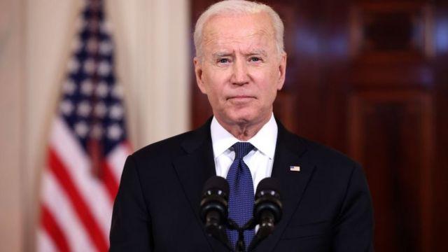 Joe Biden diante de púlpito