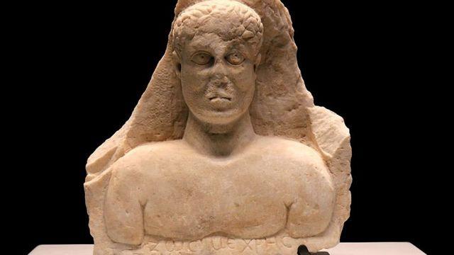 Busto en mármol con la inscripción en griego: Zosimos. Siglo III d.C.