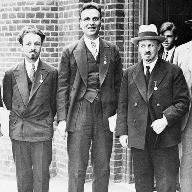 Vavílov con el prominente físico ruso Abram Ioffe y el economista y filósofo ruso Nikolái Bujarin en el Congreso de la historia de la ciencia en 1931 en Londres.