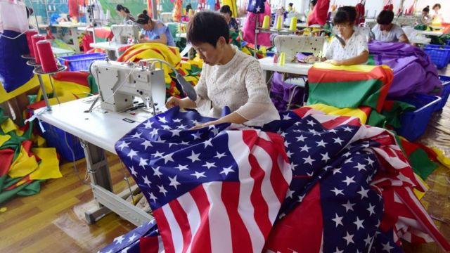 Женщины шьют флаги на китайской фабрике
