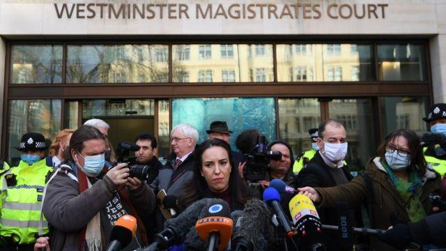 Assange'ın partneri Stella Moris, duruşma sonrası basın açıklaması yaptı.