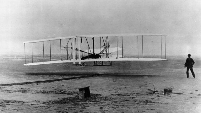 El primer vuelo de los hermanos Wright en Kitty Hawk.