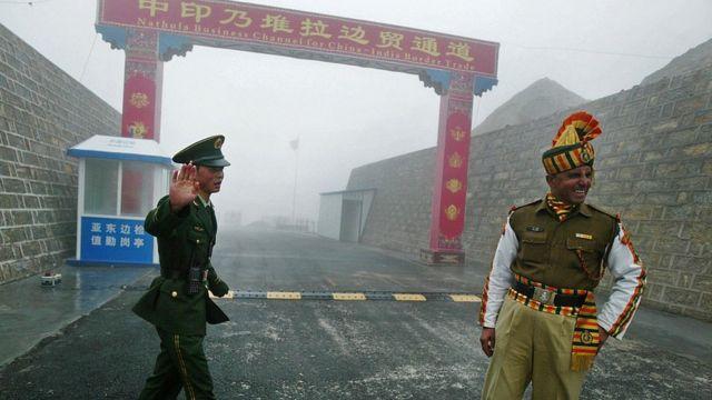 Un soldado chino e inidio en un punto de la disputada frontera.