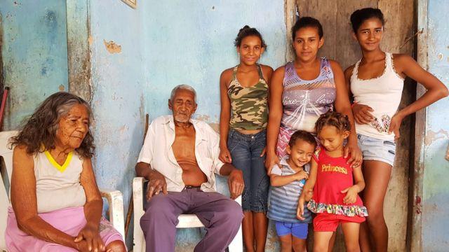 Maria da Luz posa para foto com a família