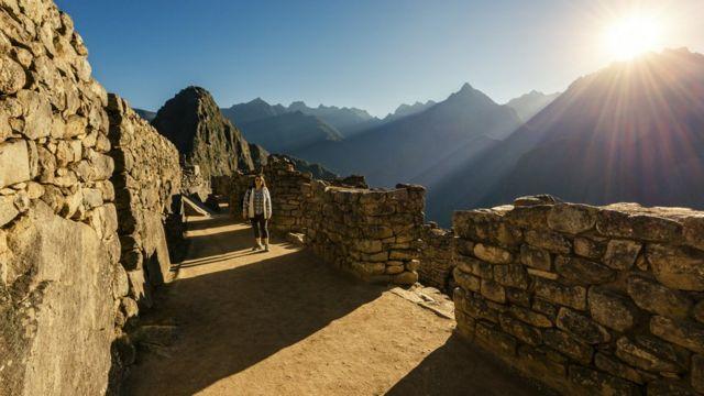 Mujer caminando por Machu Picchu
