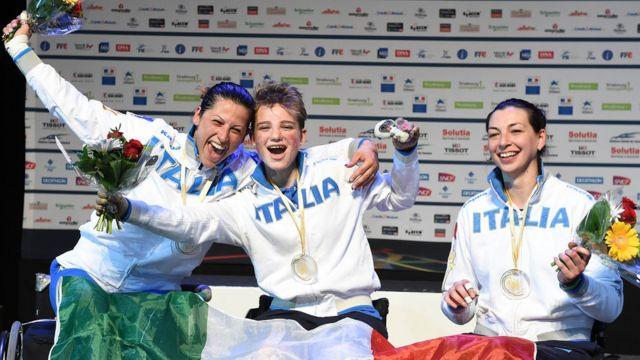 Equipe cadeirante da Itália no pódium comemorando