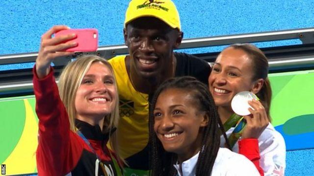 Superstar des Jeux olympiques, Usain Bolt pose pour un selfie avec le podium féminin de l'heptathlon : la Belge Nafissatou Thiam, la Britannique Jessica Ennis-Hill et la Canadienne Brianne Theisen-Eaton.