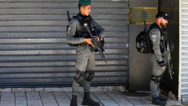 شرطة الحدود الإسرائيلية تقف أمام المتاجر المغلقة في القدس الشرقية