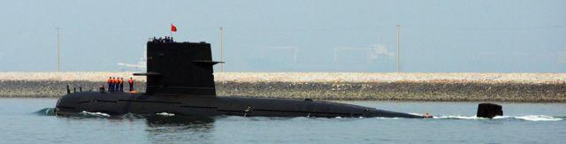 Un submarino chino deja el puerto de Qingdao, en la provincia de Shangdong, en abril de 2009.
