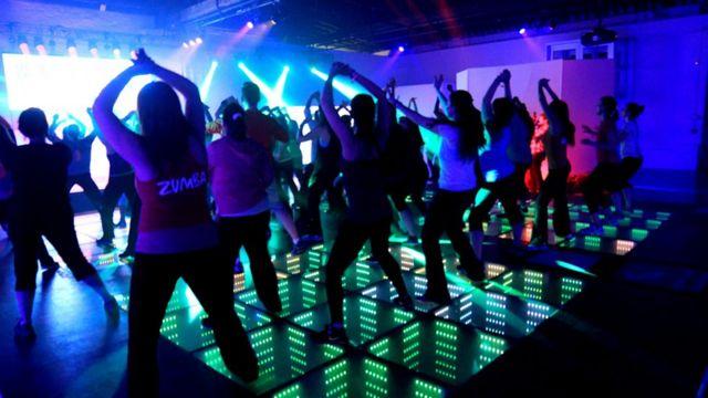 Pessoas dançando em boate