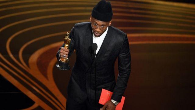 Mahershala Ali est le deuxième acteur noir, dans toute l'histoire des Oscars, à remporter deux trophées pour son interprétation.