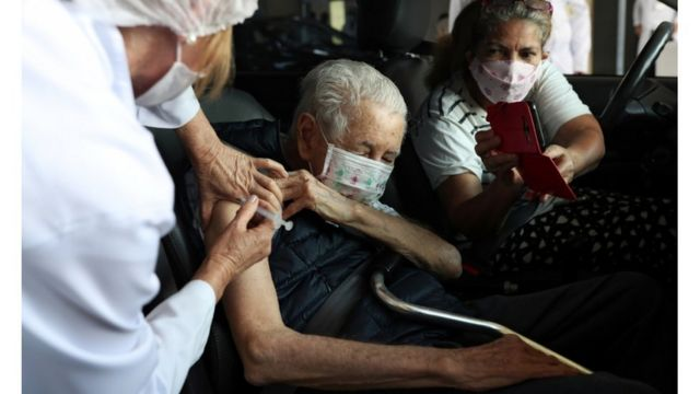 idoso sendo vacinado