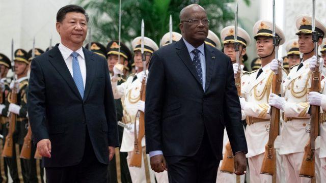 習近平與布基納法索總統羅克·馬克·克里斯蒂安·卡波雷檢閲中方儀仗隊。布基納法索今年五月與台灣斷交,轉而與中國建交。
