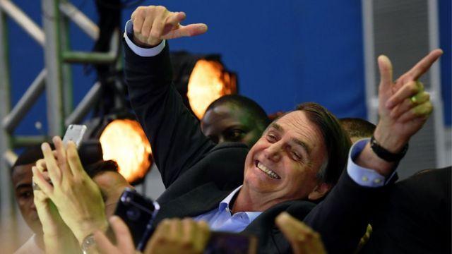 Jair Bolsonaro saluda a sus seguidores durante el lanzamiento de su candidatura presidencial.