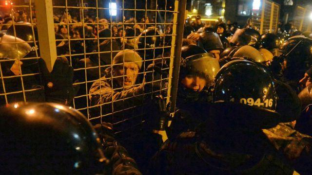 Сутички у Києві між прихильниками блокади Донбасу і правоохоронцями