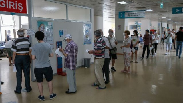 Türkiye'de 50 yaş üzeri kişiler ve sağlık çalışanları için 3. doz aşılama başladı
