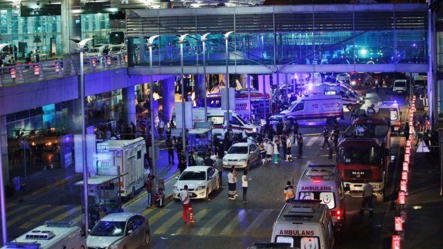 Equipes de segurança e resgate no aeroporto Ataturk, a Turquia, após o ataque de 29 de junho