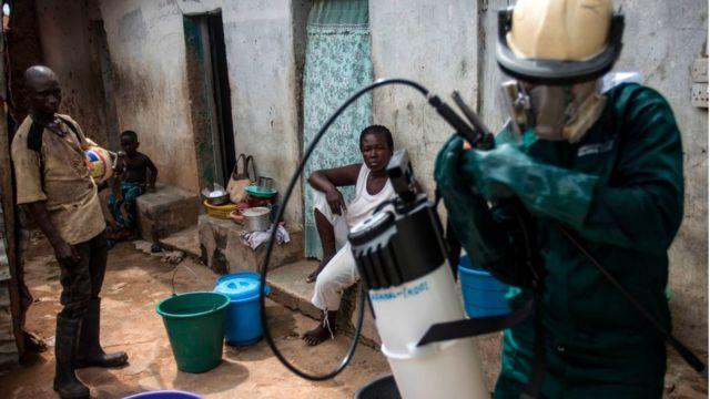 Les autres formes de lutte contre le paludisme, comme la vulgarisation de la moustiquaire et la désinsectisation, comme ici au Ghana, seront poursuivies, selon l'OMS.