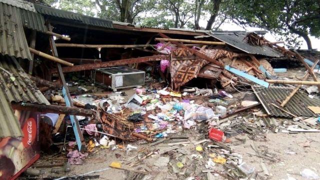 Un establecimiento completamente destruido en la playa de Carita, en el noroeste de la isla de Java.
