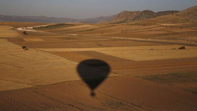 Тень воздушного шара на поле