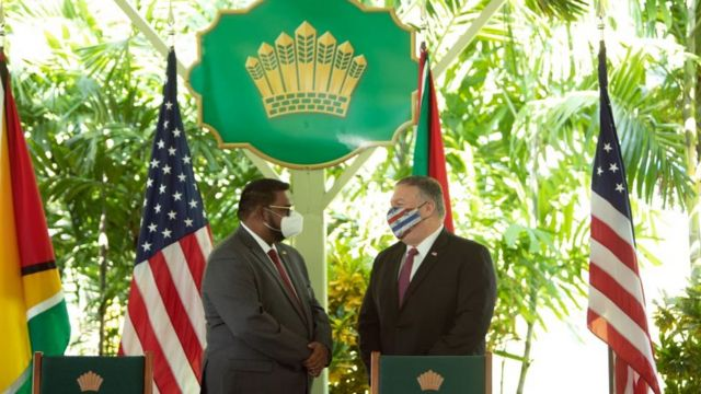 Mike Pompeo (y el presidente de Guyana, Mohamed Irfaan Ali.