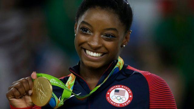 Simone Biles sostiene su cuarta medalla de oro en Río 2016