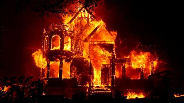 Geçen sene California'daki orman yangınlarında çok sayıda ev kül oldu.
