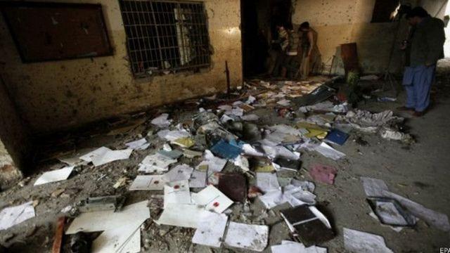 पेशावर के आर्मी पब्लिक स्कूल में हमले के बाद का मंज़र