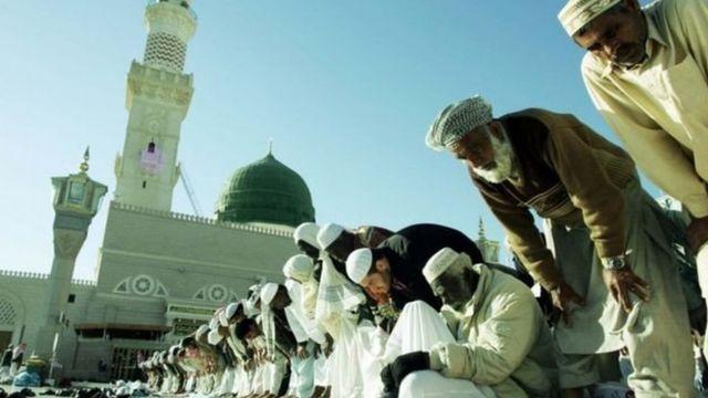 Musulmi na sallah a Masallacin Manzon Allah (SAW)