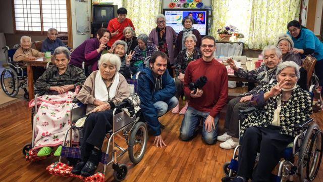 Cientistas posam para foto com idosos alvo de seu estudo