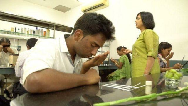 Người khiếm thị làm việc trong ngành nước hoa tại Ấn Độ