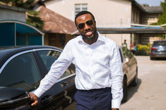 Zeal Akaraiwai, ao lado de seu carro em Lagos, Nigéria