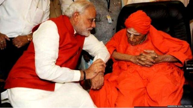 लिंगायत गुरु के साथ नरेंद्र मोदी