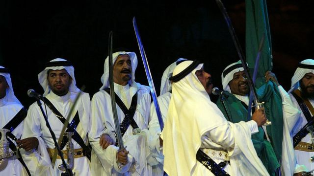 Bailarines tipicos de Arabia Saudita