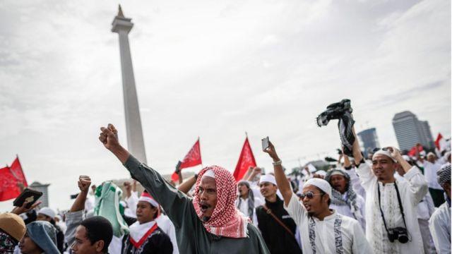 กลุ่มผู้ชุมนุมชาวมุสลิมชูมือประท้วง