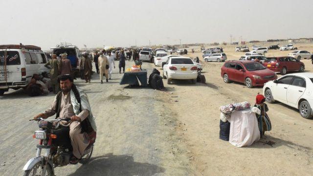 تجمع الأشخاص الذين تقطعت بهم السبل في بلدة شامان الحدودية الباكستانية في 14 يوليو 2021، بعد أن زعمت حركة طالبان أنها استولت على الجانب الأفغاني من معبر سبين بولداك الحدودي على طول الحدود مع باكستان.