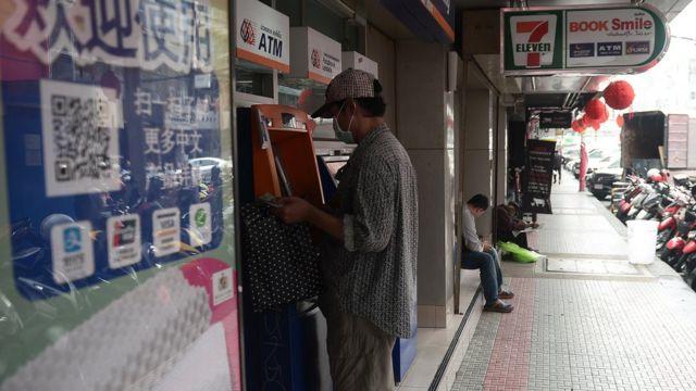 ลูกค้าธนาคารใช้งานตู้เอทีเอ็มที่เซเว่นอีเลฟเว่นในกรุงเทพฯ