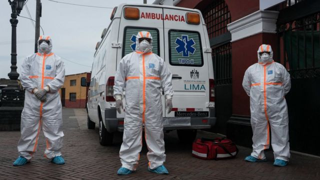 Ambulancia y médicos en Perú