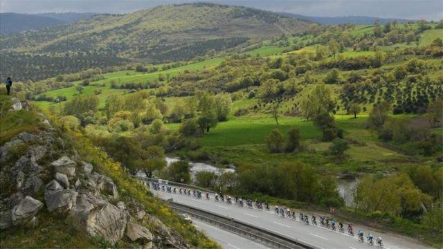 တူရကီနိုင်ငံမှာ ကျင်းပတဲ့ Presidential Cycling Tour ပြိုင်ပွဲ အဆင့် ၄ကို ပြိုင်ပွဲဝင်များ ပါဝင်ယှဉ်ပြိုင်နေစဉ်။