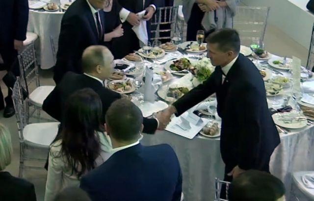 Flynn fue visto en diciembre de 2015 en Moscú, en una cena a la que asistió el presidente Putin.