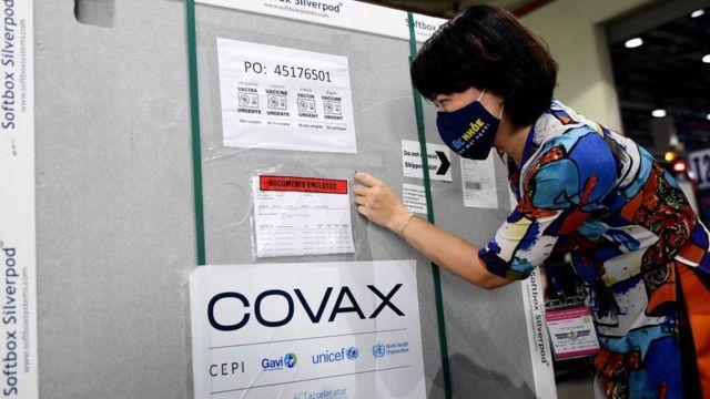 Một quan chức Bộ Y tế kiểm tra giấy tờ trên container chở lô vaccine AstraZeneca/Oxford đầu tiên, nằm trong chương trình Covax toàn cầu của LHQ ở sân bay Nội Bài ngày 1/4