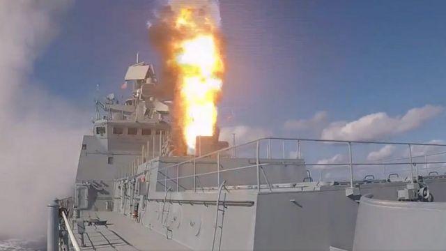 Kapal perang Rusia Admiral Grigorovich meluncurkan rudal dari lepas pantai Suriah, 15 November 2016, dalam serangan pertama sejak jeda keamnusiaan tiga pekan lalu.