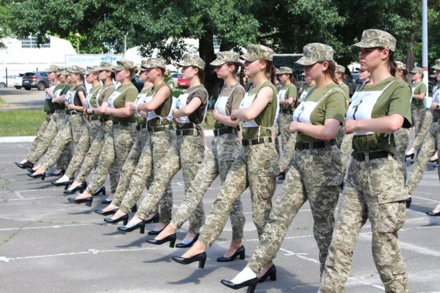Yüksek topuklu yürüyen Ukrayna'da kadın askerler