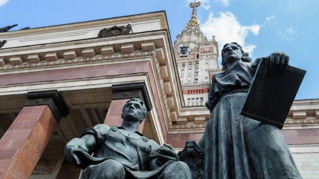 Скульптура у здания МГУ