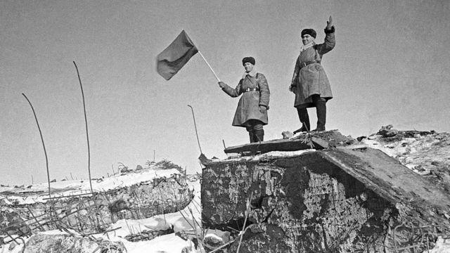 Советские военные стоят на взорванном финском доте в укрепленном районе Хоттинен